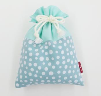 手ぬぐいの生地で出来た巾着はレトロな雰囲気とモダンな雰囲気が両方あって可愛らしい。手のひらサイズなので、小さな物の仕分けに良さそう。
