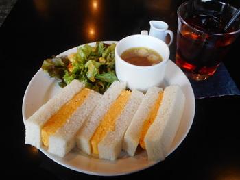 スープとサラダもセットのタマゴサンドはマヨネーズがアクセント。あとを引く優しい美味しさを是非!