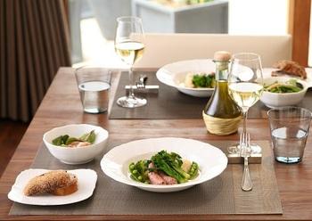 記念日やクリスマス、そうでないときでも「今日は料理を頑張った」と思える日に使いたくなるのが、優雅なフォルムの真っ白な食器。肉料理や魚料理、ジャンルを問わず素材の色を際立たせてくれます。このお皿に盛りつければ、まるでレストランで出てくるような雰囲気に。いつもの食卓がよそゆきの表情に変わります。