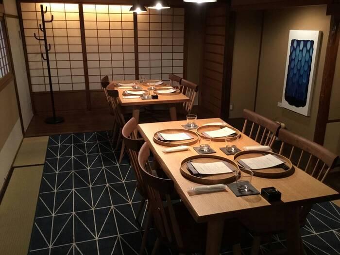 「伊右衛門サロン アトリエ 京都」は、サントリーから発売されている人気のお茶「伊右衛門」がプロデュースするお店です。「お茶」を通じた健やかな食生活をコンセプトに、野菜を中心としたメニューや、ヴィーガンのスイーツなどが楽しめます。最寄り駅は京阪祇園四条駅で、2019年の3月にリニューアルオープンしたばかりの、綺麗で落ち着いた空間です。