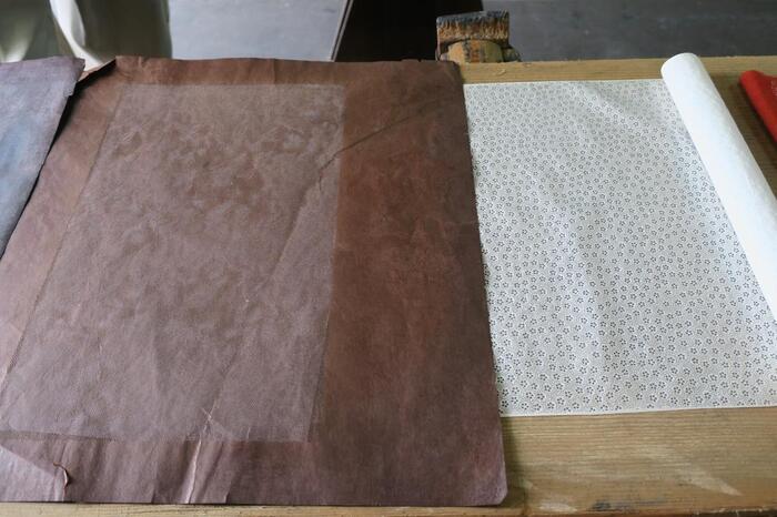 型紙は柿渋を使い、主に三重県で作られた手漉和紙をはり合わせた地紙に彫刻しています。現在工房にある伊勢型紙の数は、江戸小紋、江戸更紗をあわせると12万枚にも及ぶそう。なんと、東京オリンピック・パラリンピック公式グッズとして注目された「風呂敷クロス」も、富田染工芸によるものなんですよ。