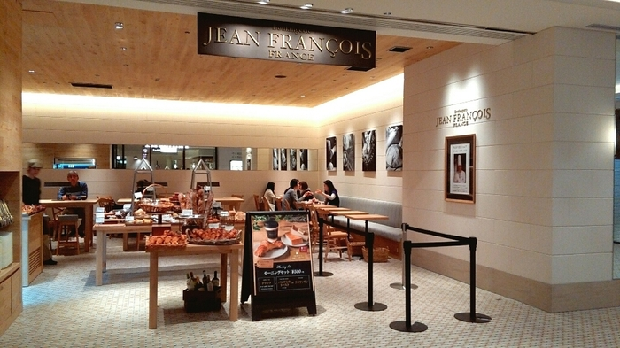 日比谷駅直結の「東京ミッドタウン日比谷」の地下1階にお店を構える「ジャンフランソワ」です。店頭に美味しそうなパンが多く並び、そのいい香りについつられて入ってしまいます。