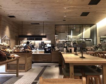 店内は、ウッド調のインテリアや壁で統一されていて、アットホームで落ち着いた雰囲気が漂っています。ゆっくりくつろげるカフェスペースとしては、じゅうぶんな広さです。