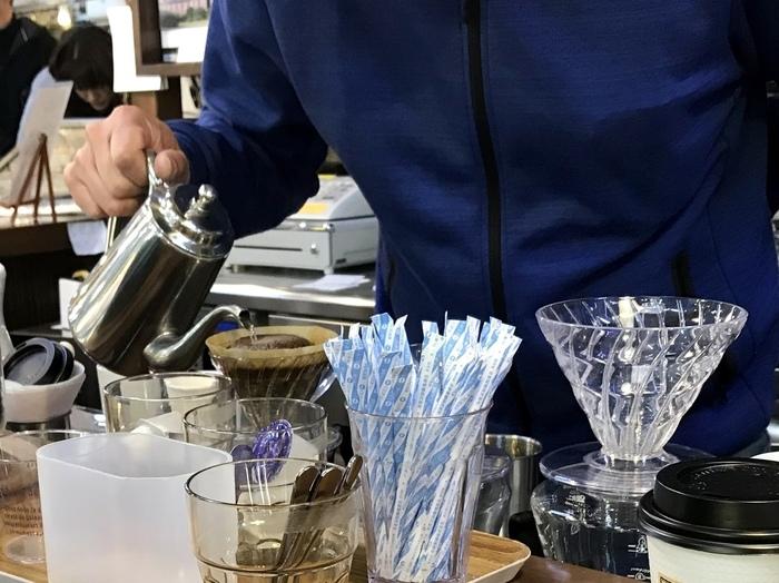 ハリオの円錐ドリッパーで、丁寧に一杯一杯ハンドドリップ。市場の喧騒の中、ちょっぴり優雅な時間が流れます。