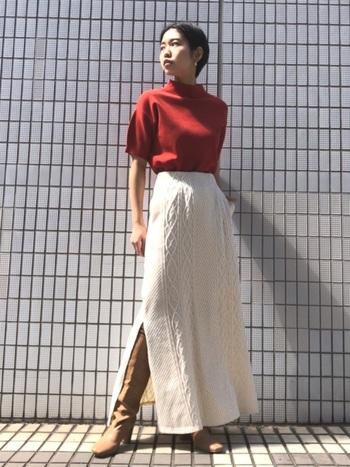 赤と白とベージュでまとめた秋冬スタイル。スリットから覗くベージュのロングブーツがオシャレな雰囲気を盛り上げてくれます。