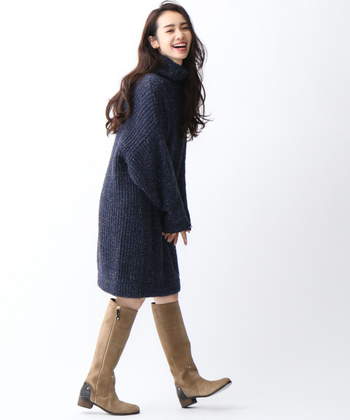 ボリューム感のあるダークな膝丈のニットも、優しいベージュのロングブーツがあればより気軽に一枚で着ることができそうですね!