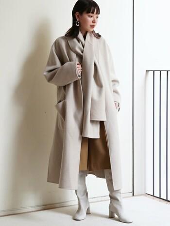 ホワイト系のコートにホワイト系のロングブーツを合わせて、まとまり感のあるコーデに。ハーフパンツはベージュ系を選べば、優しげでナチュラルな装いが完成します!