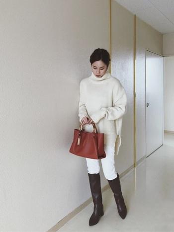 冬にチャレンジしてみたいオールホワイトのコーデ。足元はチョコレートブラウンのロングブーツでほどよく引き締めて。