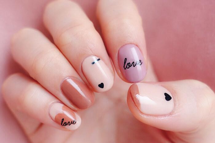 やさしい色合いがほっこりする「バレンタインネイル」。小指のハートやLOVEも落ち着いたカラーなので甘くなりすぎず、人差し指のくすみパープルも素敵なポイントになっていますね。