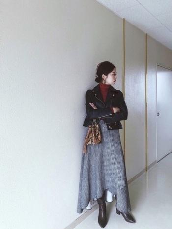 タイトなライダースジャケットとフレアスカートの組み合わせにも、秋らしいブラウンのロングブーツがマッチします。より大人っぽい雰囲気のドレッシーなスタイルが完成♪