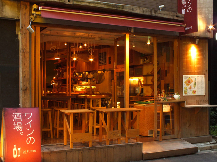 こちらは、銀座1丁目駅から徒歩約1分の場所にある「ワインの酒場。ディプント 銀座三丁目店」です。こちら、新宿や渋谷、池袋にも多数お店を展開するチェーン店となっており、値段も量もちょうどいいのがおすすめポイントです。