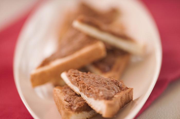 朝食はパン派というあなたに試しもらいたい、きな粉トースト。柔らかくしたバターにきな粉とザラメと混ぜあわせて、食パンに塗ってトーストするだけ。冷ましてから食べるのが美味しく食べるポイントだそう。