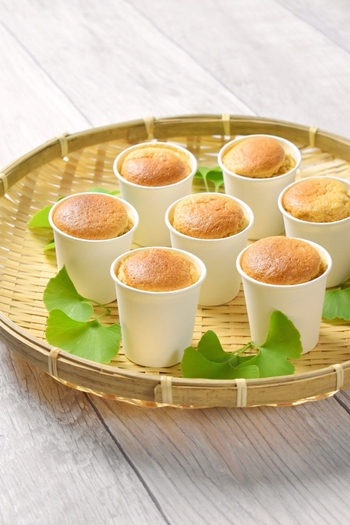 シフォンケーキは専用の型がなくても紙コップで代用できます。牛乳を豆乳に変えてよりヘルシーに。ティータイムにきな粉風味のシフォンケーキはいかが?