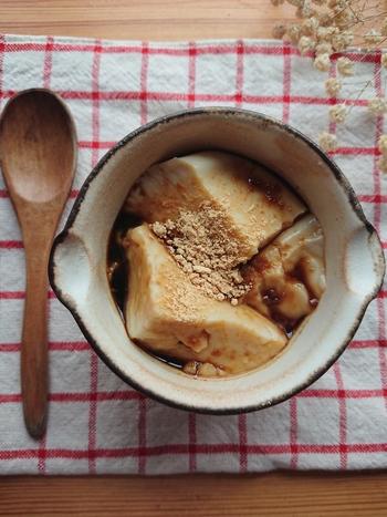 豆乳プリンに黒蜜をかけて食べる、台湾のデザート豆乳花(トールーファ)。温めた豆乳にゼラチンと三温糖を加えて冷やし固めます。黒蜜ときな粉をかけて頂きましょう。