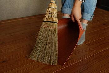 「使う人の生活様式に合わせて欲しい」との思いから作られた、白木屋傳兵衛の箒。柿渋を塗って作られた紙製ちりとりとセット使いもおすすめです。日常にあった、あなただけの一品を選び出してください。