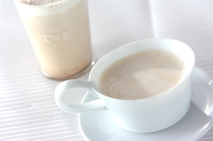 きな粉と一緒にゴマも摂りたい時は、ゴマきな粉ミルクを作ってみては。牛乳にきな粉とすりゴマ、ゆで小豆、黒蜜を入れて。食欲のない朝は、これだけで朝食の代わりになりますね。