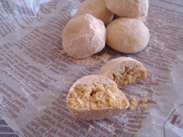 スノーボールにきな粉を加えてきな粉ボールにしてみませんか? きな粉とピーナッツが相まって素朴な味に。周りにまぶす粉糖にもきな粉を加えてダブルできな粉を味わいましょう。
