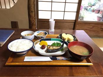 「ろじうさぎ」の朝ごはんは2種類あり、お魚や小鉢・出し巻き卵などがついている「京の朝ごはん」か、野菜がごろごろ入っている優しいお味の「ろじうさカレー」となります。