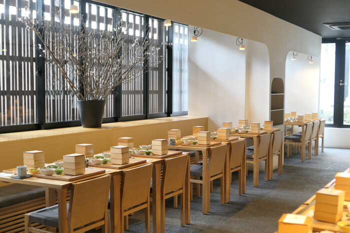 京都の中心として栄えている烏丸に建つ「三井ガーデンホテル京都新町別邸」内に入っているダイニングレストランです。料理の鉄人でもある神田川シェフが料理監修を行っていることでも有名です。