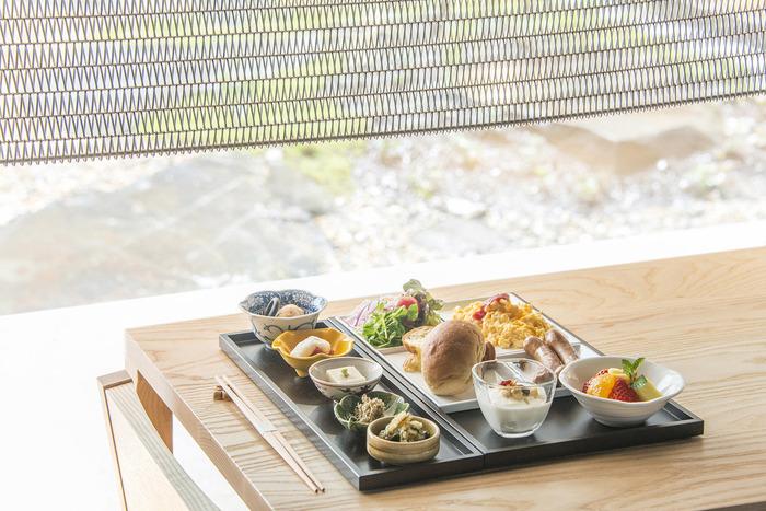 「居様 IZAMA」の朝ごはんはビュッフェスタイルとなっており、雰囲気の良い空間の中、上品な京のおばんざい中心のお料理を、好きなものを好きなだけ取ることができます。