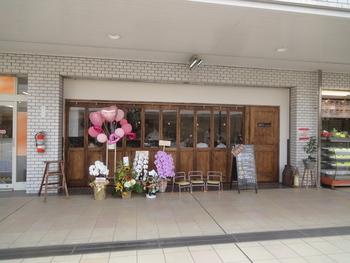 高田馬場駅から徒歩約7分。「オレンジコート」というショッピングセンター内にある「馬場FLAT HANARE」です。ガラス張りの外観で店内の様子が見えやすく、入りやすいお店になっています。