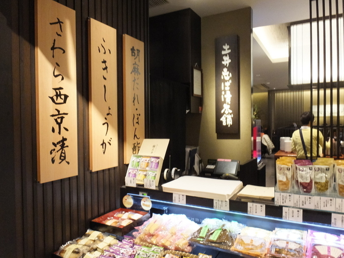 お店の入り口にはビュッフェにも並ぶお漬物やおばんざいのお土産が並んでおり、朝ごはんで気に入った商品を忘れないうちに購入できるので、とても便利です。