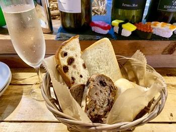 実は、同じ施設内に「馬場FLAT」という美味しいと人気のパン屋さんの姉妹店があります。そしてこの「馬場FLAT HANARE」では、そのパンとともに美味しいお酒も堪能できてしまうという嬉しいお店なのです。バゲット、食パン、フォカッチャなどの自慢のパンの数々を、お通しでいただけます。