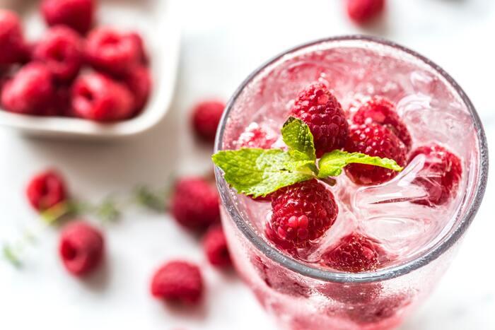 炭酸水には、お砂糖の入っているものと入っていないものがあります。利用するときには、種類もチェックして適したものを使いましょう。炭酸水には食事との相性が良いなど、嬉しいメリットもありますよ。では、注意点もしっかりおさえて、上手に活用していきましょう。