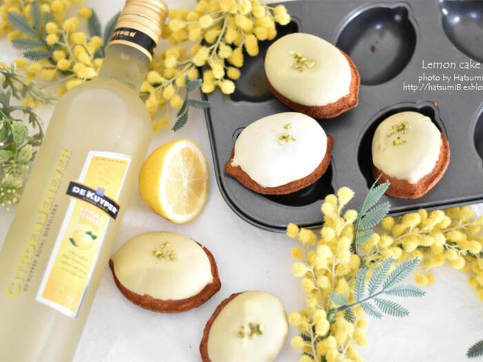 生地にレモンピールを混ぜ込み、レモンチョコで仕上げたまさにレモン尽くしのケーキ。レモンリキュールは、焼き菓子の美味しさを引き立ててくれます。ころんとしたレモンの形がとってもキュートですよね!