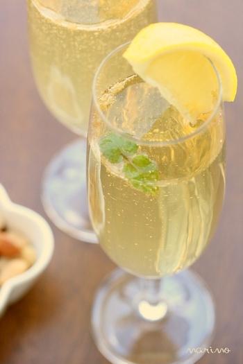 カクテルが好きな方にはこちらもおすすめ。レモンと生姜を使った手作りフルーツブランデーのシュワシュワドリンクです。フルーツブランデーを作っておけば、あとは混ぜるだけでできちゃいます。ガムシロップを入れた甘くて飲みやすいカクテル♪