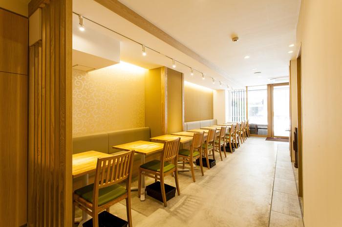 「京菜味(きょうさいみ)のむら」は、いわゆる「京風」のお料理ではなく、京都に古くから伝わる本格的な「京料理」をカジュアルに楽しめるお店です。四条駅からも烏丸駅からも近く、アクセスの良さも人気の理由です。