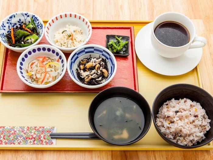 「選べるおばんざい」をコンセプトに、京都伏見の、名水としても有名な湧き水を使い、産地にこだわった材料で仕上げた京料理のおばんざいを、朝から晩まで気軽に楽しむことができます。朝のセットにはコーヒーもついてきますよ。