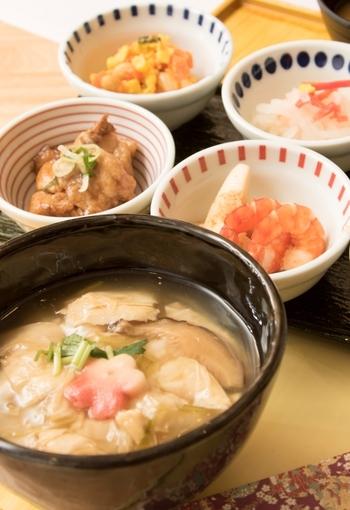 朝ごはんにはぴったりの優しい味が楽しめる「湯葉丼」は、こちらのお店の名物にもなっている一品です。老舗から取り寄せた湯葉とあんかけが上品で食べやすいですよ。