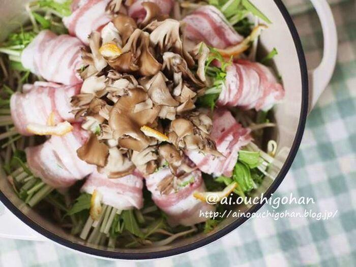 シンプルな食材で作るこちらのお鍋は、お野菜がたっぷり摂れてコスパもよいお鍋メニュー。料理が苦手な方でも簡単に作れるのは嬉しいですね。