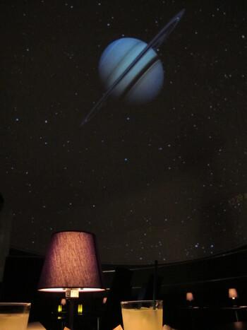 気軽に星空を満喫できるカフェとして注目されているのが、羽田国際空港ターミナルビル5F(COOL ZONE)にある【PLANETARIUM Starry Cafe】。こちらのカフェでは、4千万個の星に囲まれて過ごすことができます。