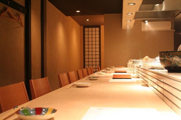 白木のカウンターが上品な「旬菜 いまり」は、 京町家をリノベーションして作られた雰囲気の良い和食店です。四条駅や烏丸駅からは徒歩10分程の場所にあります。