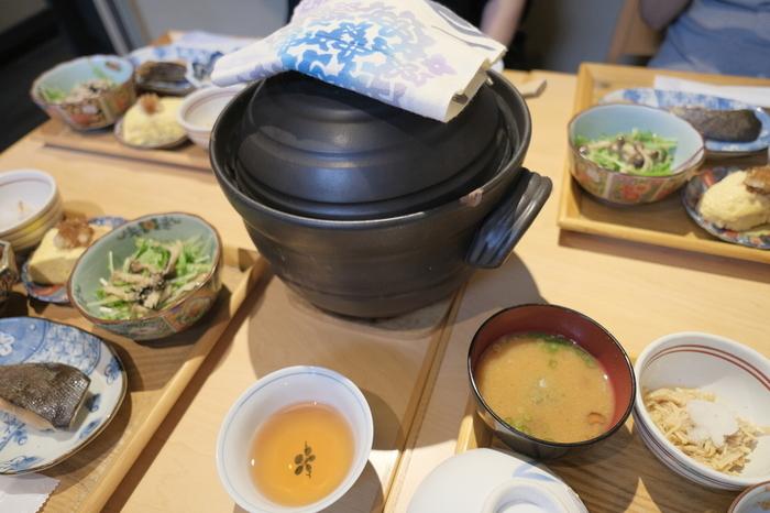 京丹波産のコシヒカリを土鍋で炊いたホカホカのご飯と、西京焼きやおばんざい、漬物などがセットになった「京の朝ごはん」はボリュームもたっぷりで、朝から贅沢な気分が味わえます。予約することで、来店時ちょうどにご飯を炊いてくれますよ。