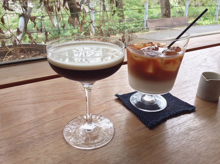 オリジナルブレンドコーヒーはもちろん、メニューのなかには、カクテルグラスに生クリームを浮かべていただく、「琥珀の女王」という名のコーヒーも・・・。  せわしない観光の合間に、静かで美しいご褒美時間を叶えてくれますよ。