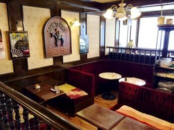 盛岡城跡公園すぐそばにある喫茶店「ティーハウス リーベ」。  盛岡初の紅茶専門店として、1971年に創業。店内空間はどこかノスタルジックな雰囲気で、レトロ好きさんにおすすめのお店。