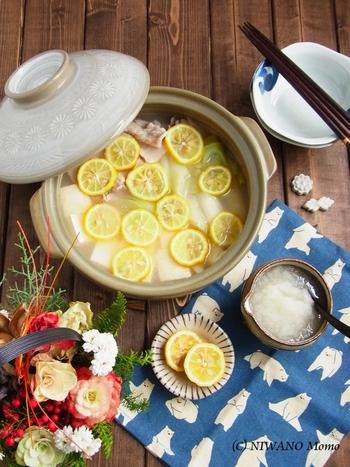 豚肉、ねぎ、豆腐のシンプルな具材でできるお鍋。輪切りにした柚子を浮かべれば、旬のお鍋に早変わりです。香りからも季節を感じることができますね。