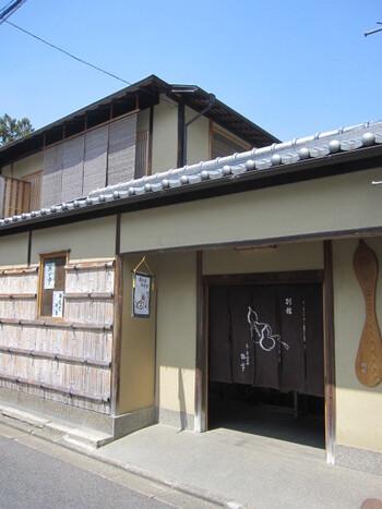 いかにも風情のある外観の「瓢亭(ひょうてい)別館」は、400年以上も続く伝統的な老舗料理屋です。元々は南禅寺を訪れる参拝客の休憩処として使われており、伝統を守りながらも時代の流れと共に発展を続けるお店です。