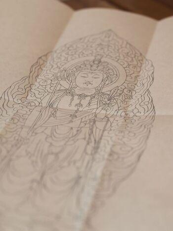 長谷寺では、写経と写仏を体験することができます。精神を落ち着かせてゆっくりと線をなぞって行きます。