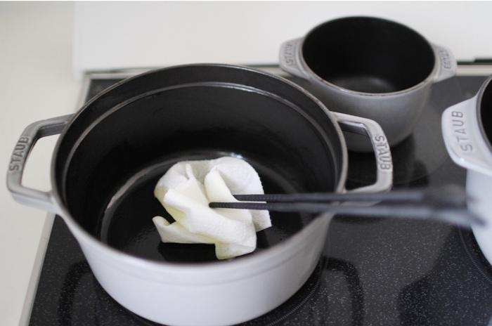 金たわしやクレンザーなどを使って無理やり汚れを落とそうとすると、傷の原因になります。ホーロー鍋に傷がつくと、そこから錆が発生してしまうため優しくお手入れすることをおすすめします。  また、空焚きや急激な温度変化、落とすなどの衝撃を与えることも厳禁です。重みのある鍋のため少し大変ですが、大切にお手入れして長く使いたいですね。