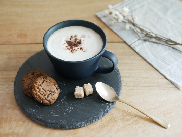 おしゃれなデザインと機能性を併せ持つ素敵なカップは、容量350㎖の大きめサイズでマグカップとしても使用でき、コーヒー・紅茶・カフェオレにもおすすめです。シンプルでモダンなデザインは北欧食器とも合わせやすく、お気に入りの器を組み合わせておしゃれなコーディネートも楽しめますよ。