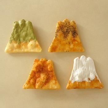 四季の富士山をあらわすというキュートなおせんべい。お味は醤油味をベースにした砂糖、胡椒、一味唐辛子、抹茶の計4種類です。愛らしいパッケージにもほっこりと心が安らぎます。