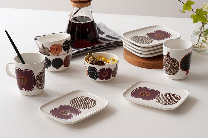 秋冬シーズンはインテリアに暖色系のアイテムを取り入れて、温かみのあるおしゃれなコーディネートも楽しみたくなりますよね。そんなこれからの季節の食卓にはフィンランドの人気ブランド、『marimekko(マリメッコ)』の華やかなテーブルウェアもおすすめです。