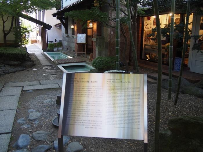 宮沢賢治が生前に刊行した童話集「注文の多い料理店」の元出版社、「光原社」。宮沢賢治の自費出版により、1000部が印刷されました。残念ながら、出版当時は注目されませんでしたが・・今では誰もが知る作品ですよね。  今現在「光原社」は民芸品や雑貨のお店として営業しています。当時の面影をとどめる建物の鑑賞や、人気商品・くるみクッキーなどのお買い物も楽しんでいただきたいですが、同敷地内で立ち寄っていただきたいのが、こちら。