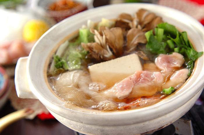 ダイエットには向いていないと思われがちなお肉ですが、低脂肪で高タンパクな鶏のささ身なら、カロリーを気にせずに食べられますね。片栗粉をまぶしてつるっとした食感が楽しめるささ身と、野菜やお豆腐もたっぷり入ったヘルシーなお鍋です。刻みネギ、ユズ皮、一味唐辛子を入れていただくと味が締まっておいしさ倍増です。