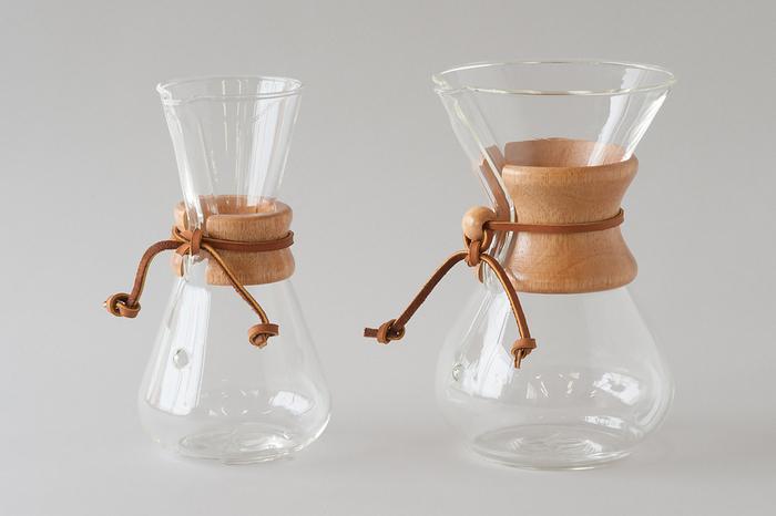 写真左は約2~3杯分のコーヒーを作れる「3カップ」、右は5~6杯用の「6カップ」のコーヒーメーカーです。どちらもナチュラルなウッドハンドルと、革紐のアクセントがおしゃれな雰囲気。スタイリッシュなデザインと機能性を兼ね備えた素敵なコーヒーメーカーは、ご自宅用はもちろんのこと、コーヒー好きな方へのギフトにもおすすめです。