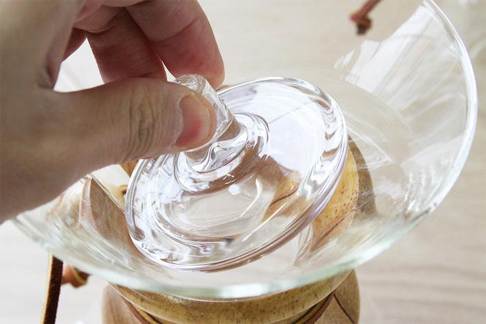 こちらはコーヒーの酸化を防いだり、冷めにくくするために使用する専用カバーです。コーヒーメーカーと同じガラス製なので、カバーを付けてもコーヒーメーカーのスタイリッシュな雰囲気を壊すことなく使用できますよ◎。